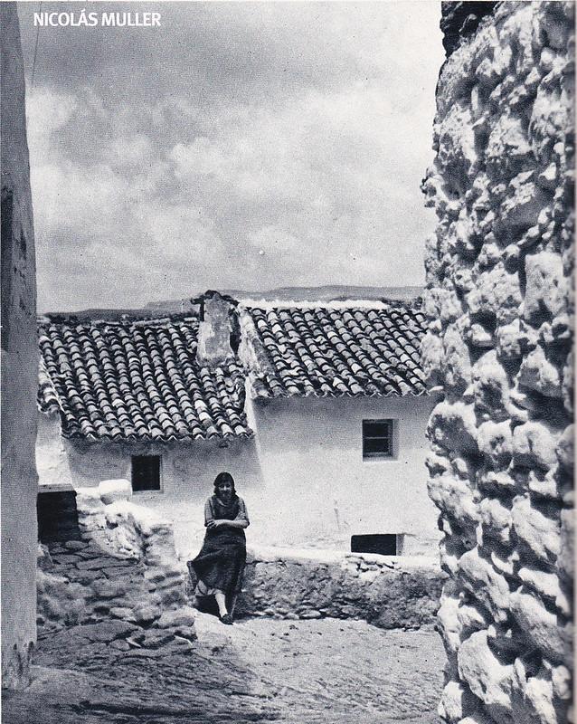 """Fotografía de Nicolás Muller incluida en el libro """"Andalucía"""" (Editorial Clave, 1968), con textos de Fernando Quiñones. Muestra un detalle de la bajada empedrada del Torreón. Muller se centra en el sosiego de la mirada de nuestra vecina antes que en la historia del Torreón."""