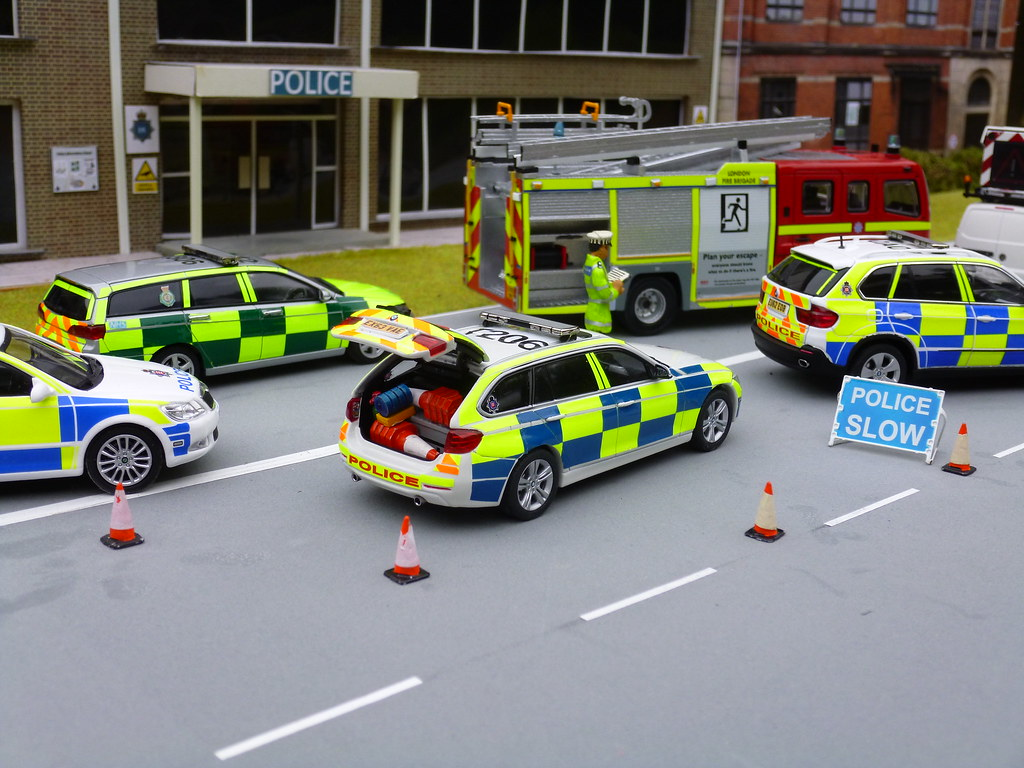 1 43 code 3 bmw 330d touring essex police rpu at scene of rtc diorama a photo on flickriver. Black Bedroom Furniture Sets. Home Design Ideas