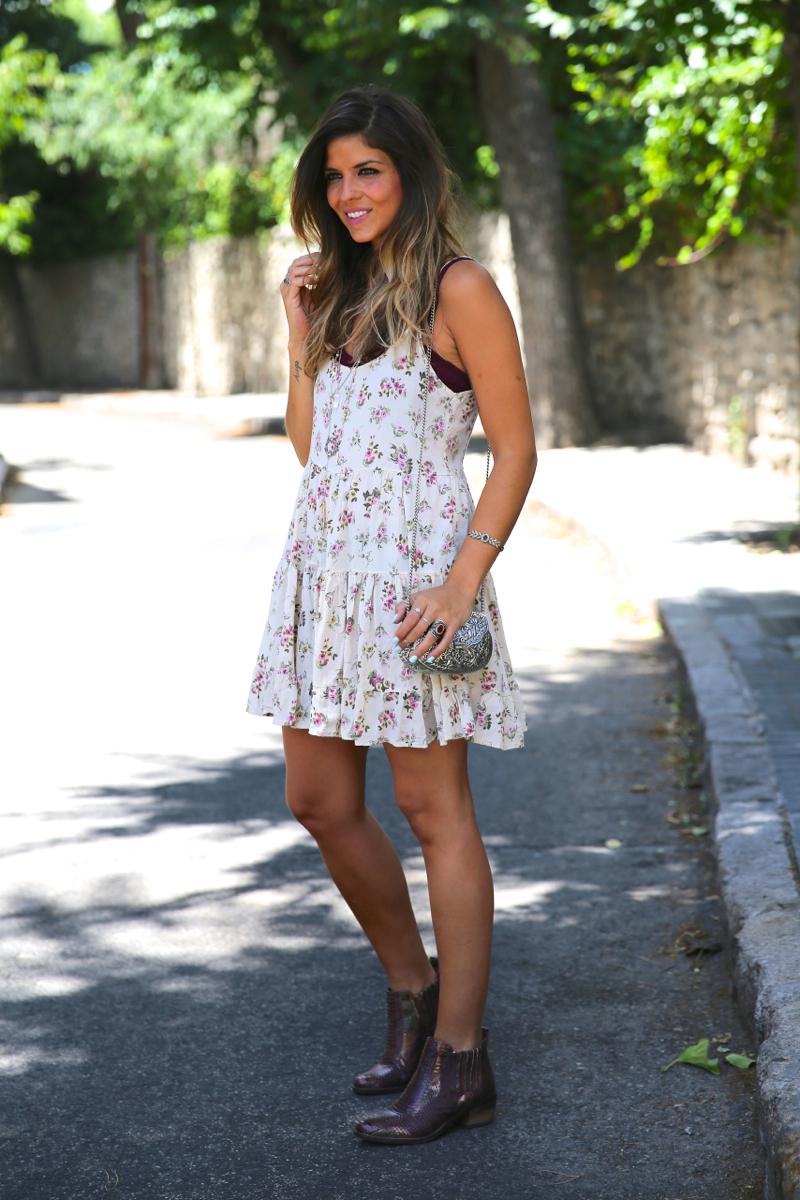 trendy_taste-look-outfit-street_style-ootd-blog-blogger-fashion_spain-moda_españa-vince_camuto-botines_granates-burgundy_booties-flower_print-estampado_flores-silver_bag-bolso_plata-estampado_flores-boho-top-12