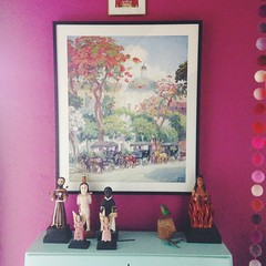 My mom @mairahays has the cutest house #colorlove #decorating #interiors #vignette #magenta