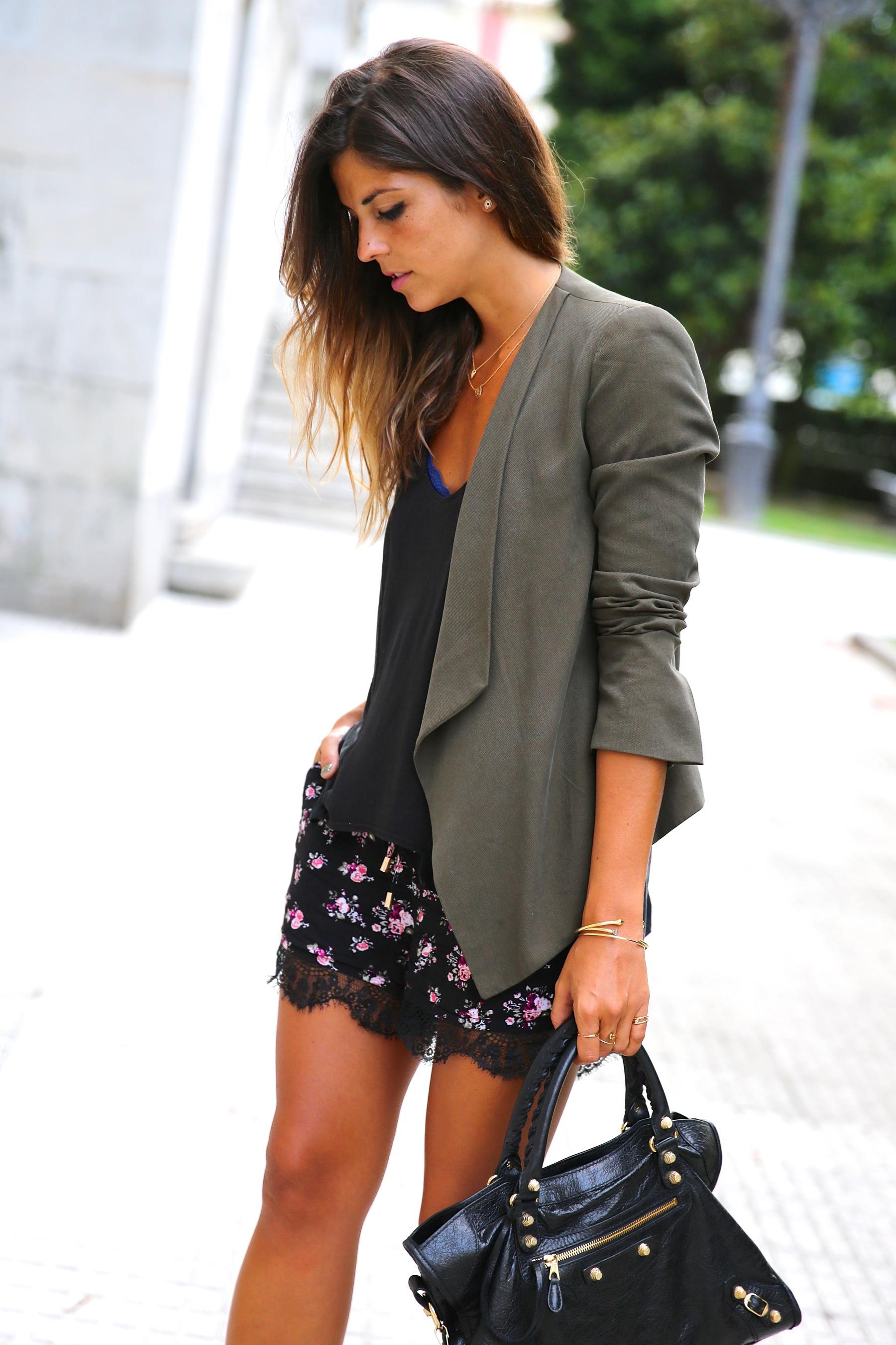 trendy_taste-look-outfit-street_style-ootd-blog-blogger-fashion_spain-moda_españa-khaki_blazer-blazer_caqui-flower_print-estampado_flores-shorts-botines_charol-7