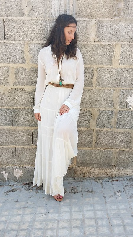 boho chic, maxi dress blanco bordado, manga larga, flower power, flor de hibisco rosa cabeza, collar étnico de colmillo, sandalias de corcho color maquillaje, white embroidery maxi dress, long sleeves, flower power, pink hibiscus flower head, ethnic tusk necklace, cork makeup sandals, Mango, Stradivarius, Massimo Dutti, Suiteblanco