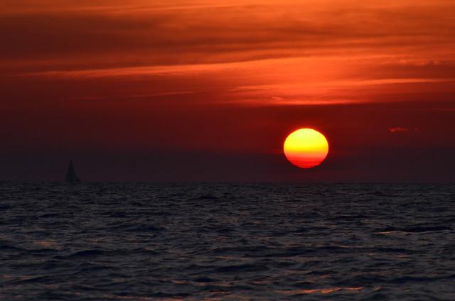 Preciosos rojos fundiendose en el mar Mediterráneo desde el catamarán por Menorca