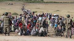 نزوح الآلاف من سكان عين العرب بريف حلب إلى حدود تركيا