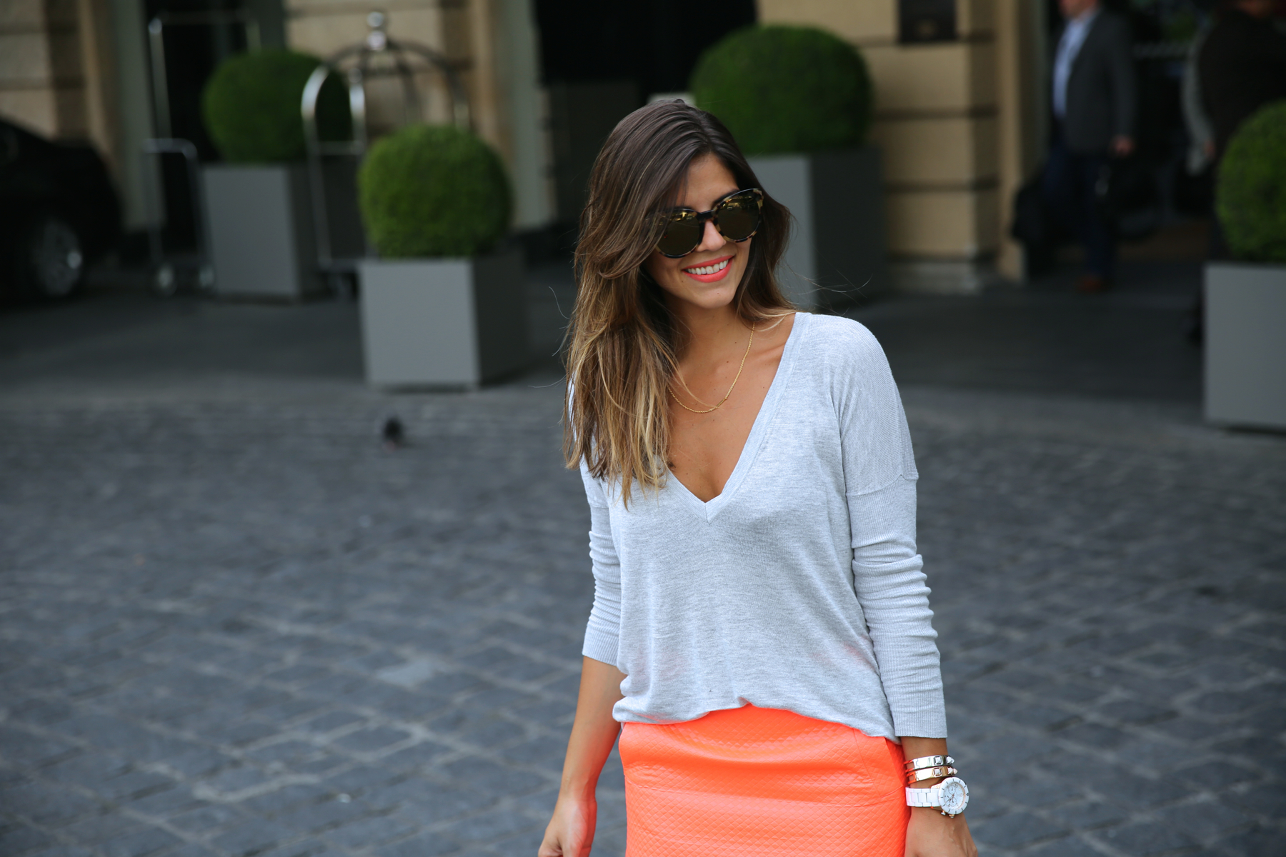 trendy_taste-look-outfit-street_style-ootd-blog-blogger-fashion_spain-moda_españa-primavera-orange-fluo-naranja_fluor_falda-sandalias_plata-silver_sandals-asos-basic_sweater-nine_west-1