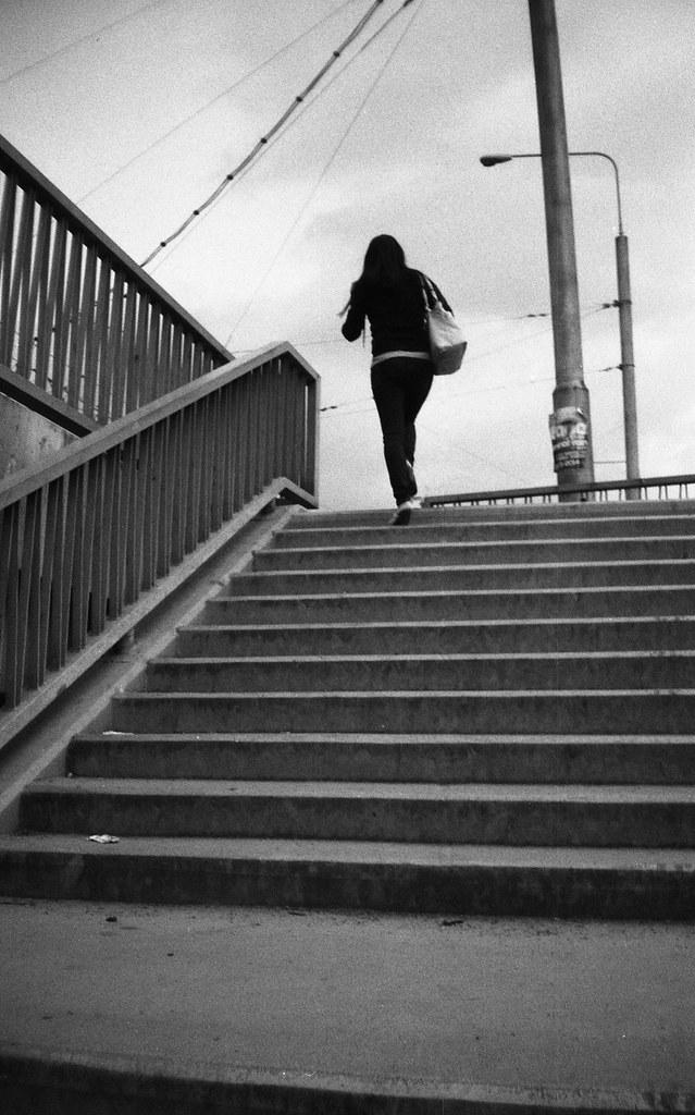 Elikon 35S - Young Woman Going Upstairs