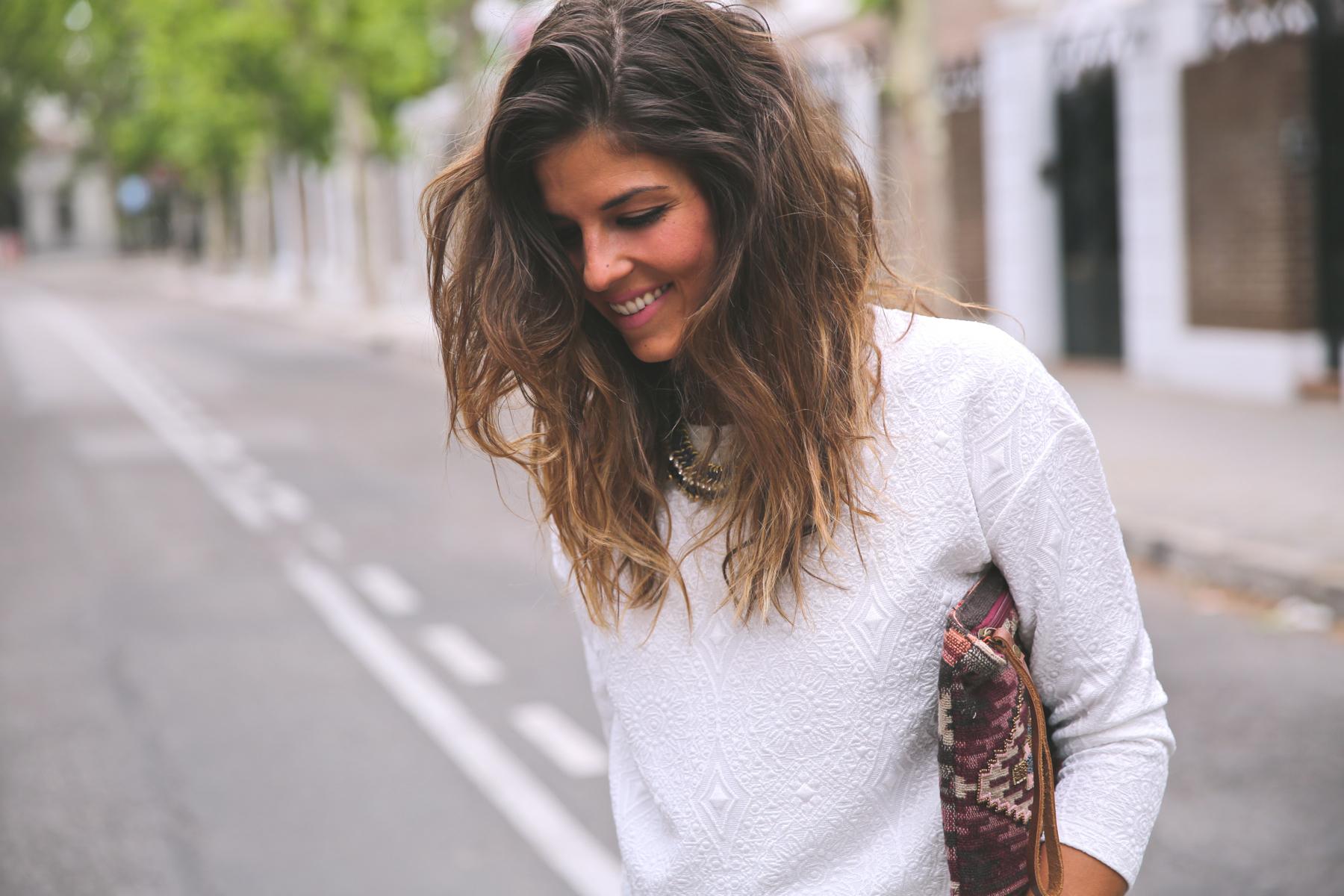 trendy_taste-look-outfit-street_style-ootd-blog-blogger-fashion_spain-moda_españa-denim_shorts-shorts_vaqueros-top_blanco-white_top-sandalias_cordones-ethnic_cluth-clutch_etnico-el_corte_ingles-4