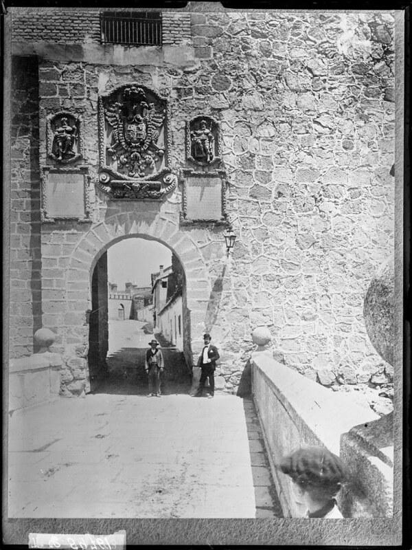 Puente de San Martín a comienzos del siglo XX. Fotografía de J. Lacoste © MECD, Fototeca del IPCE, signatura VN-30498_P