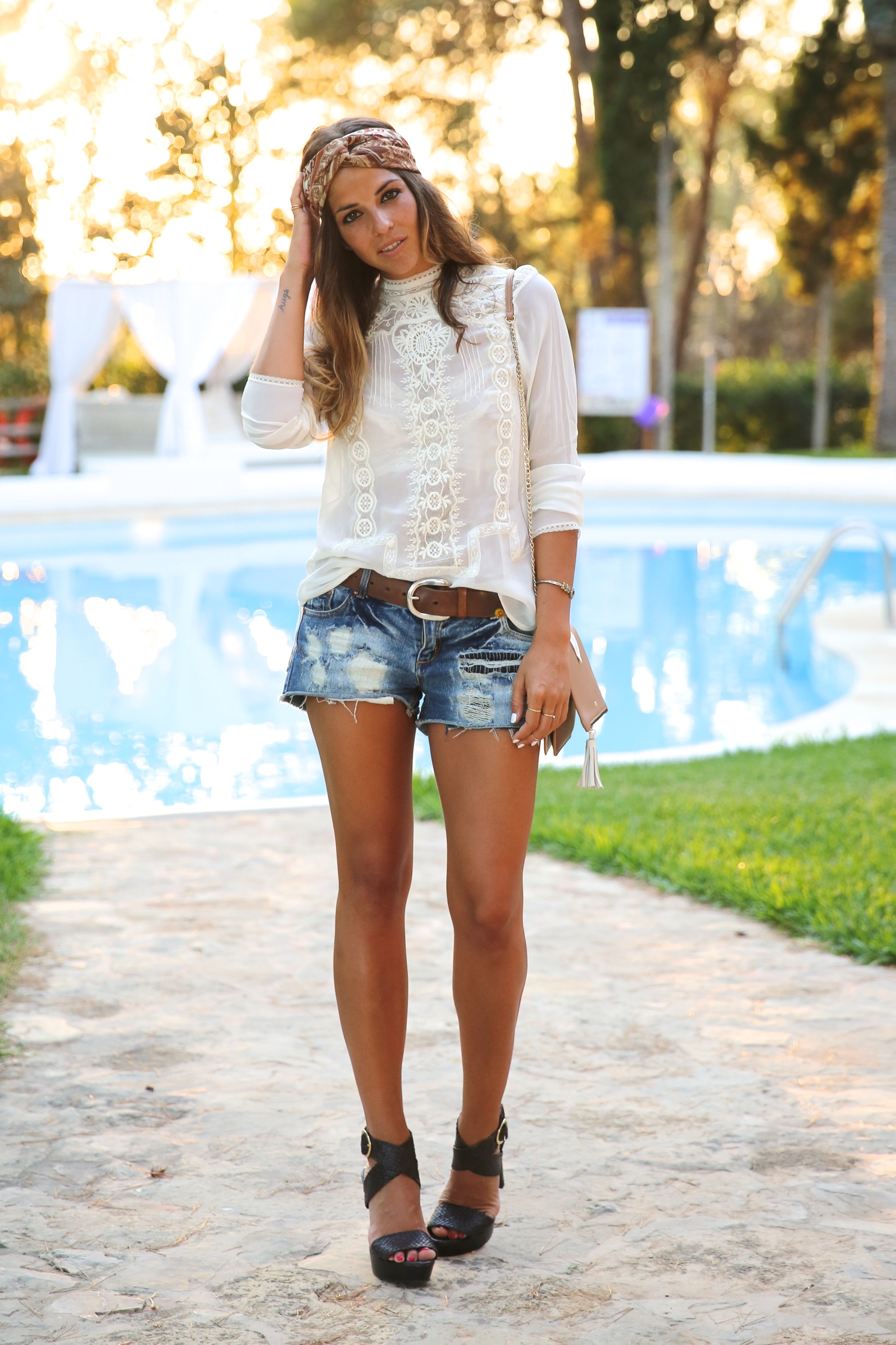 trendy_taste-look-outfit-street_style-ootd-blog-blogger-fashion_spain-moda_españa-boho-hippie-denim_shorts-shorts_vaqueros-blusa-blouse-mas34-pg-ibiza-sa_talaia-9