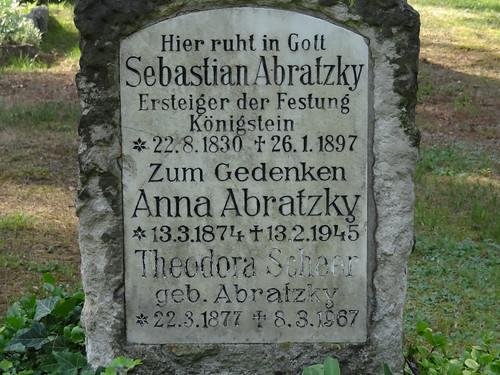 Am Trinitatisfriedhof streift der Nachtwind vorbei am Grab von Sebastian Abratzky dem Ersteiger der Festung Königstein ge. 1830 gest. 1897 01425