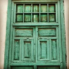Descubre las huellas del paso del tiempo en las calles de #Arrecife #Lanzarote. #Canarias. #ventana #window #madera #patrimonio #art #textura #wood