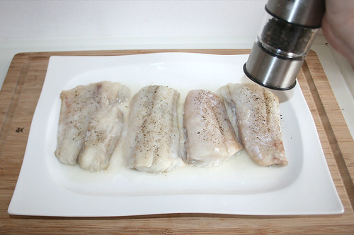 23 - Seelachs mit Pfeffer & Salz würzen / Season fish with pepper & salt
