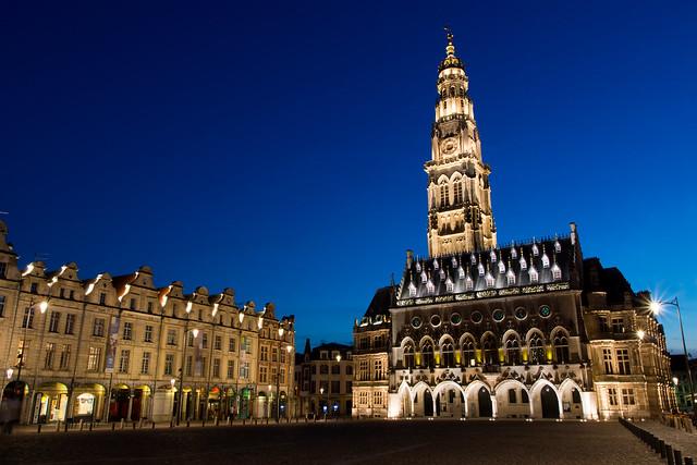 La grande place d'Arras et son Beffroi de nuit