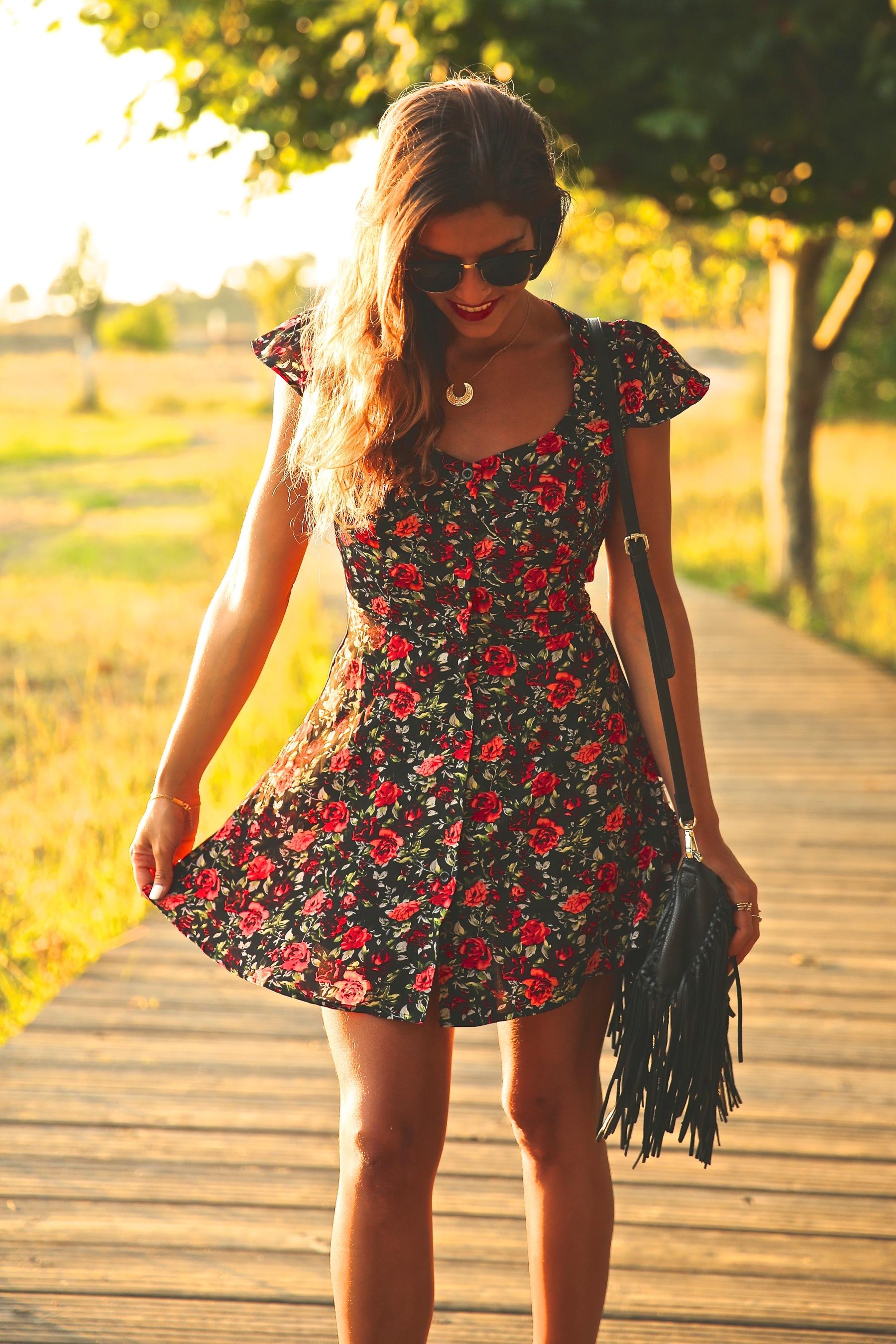 trendy_taste-look-outfit-street_style-ootd-blog-blogger-fashion_spain-moda_españa-flower_print-dress-vestido-flores-sandalias_negras-black_sandals-platforms-sunset-playa-beach-summer-7