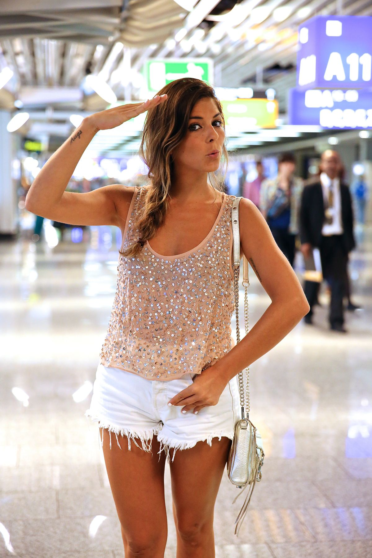 trendy_taste-look-outfit-street_style-ootd-blog-blogger-fashion_spain-moda_españa-traveling-viaje-frankfurt-stan_smith-adidas-lentejuelas-top-denim-shorts-vaqueros_rotos-12