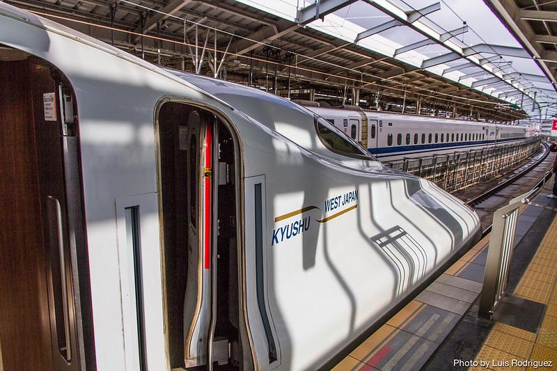 Shinkansen N700-7000 en Shin-Osaka (servicio Sakura).
