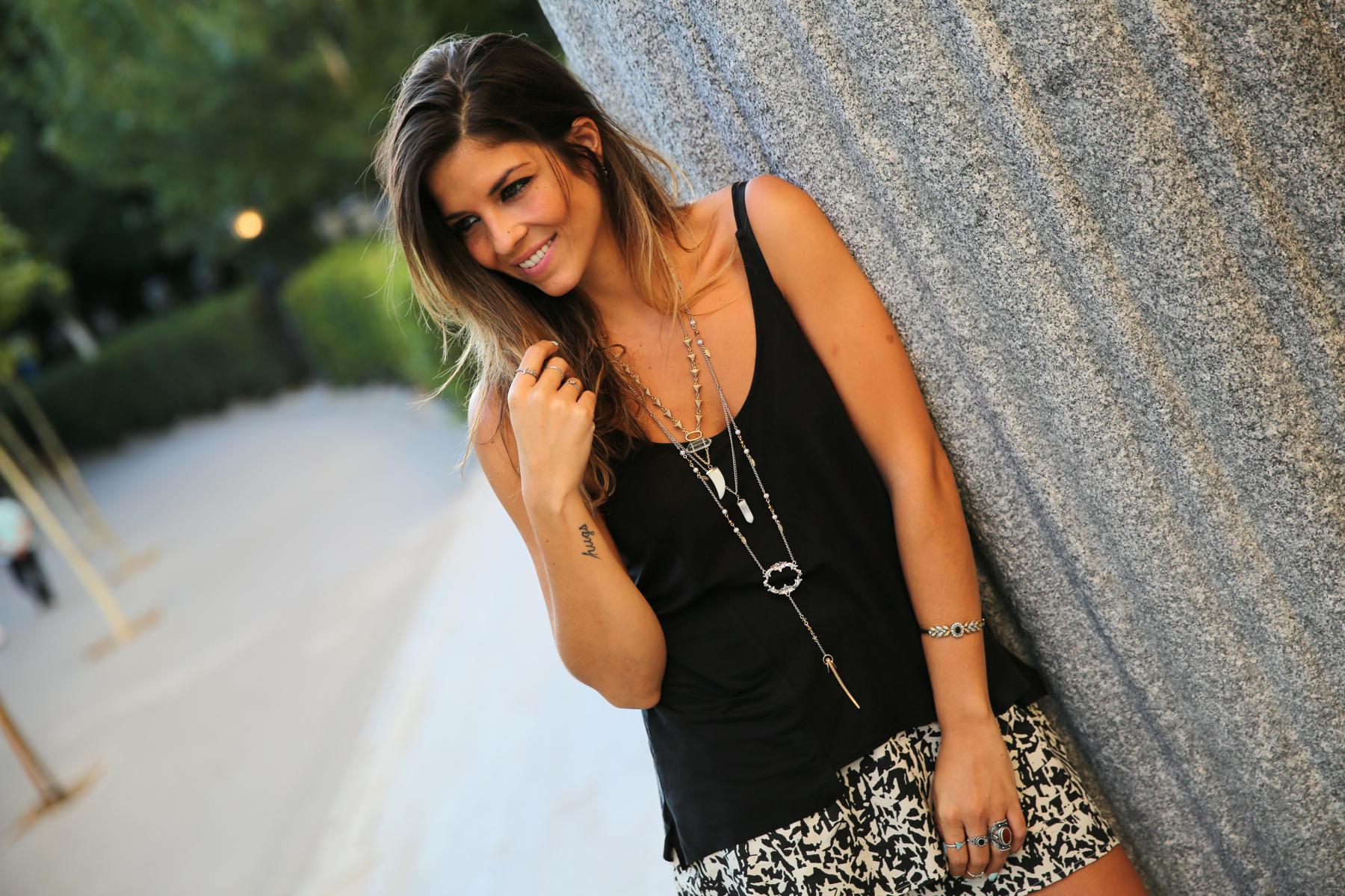 trendy_taste-look-outfit-street_style-ootd-blog-blogger-fashion_spain-moda_españa-animal_print-boho-casual-falda-skirt-black_booties-botines_negros-jeffrey_campbell-zara-bolso_flecos-vintage-3