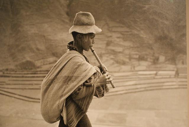Photo archi célèbre d'un joueur de flutes dans les Andes