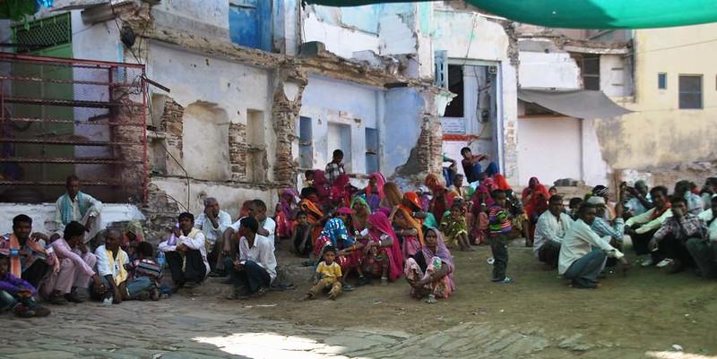 180 esperando a que abran el templo en Natwara (15)