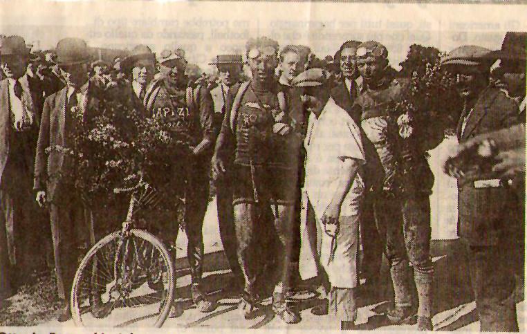 Premiazione all'arrivo del Tour '24. Al centro Bottecchia (il vincitore) a destra Vertemati