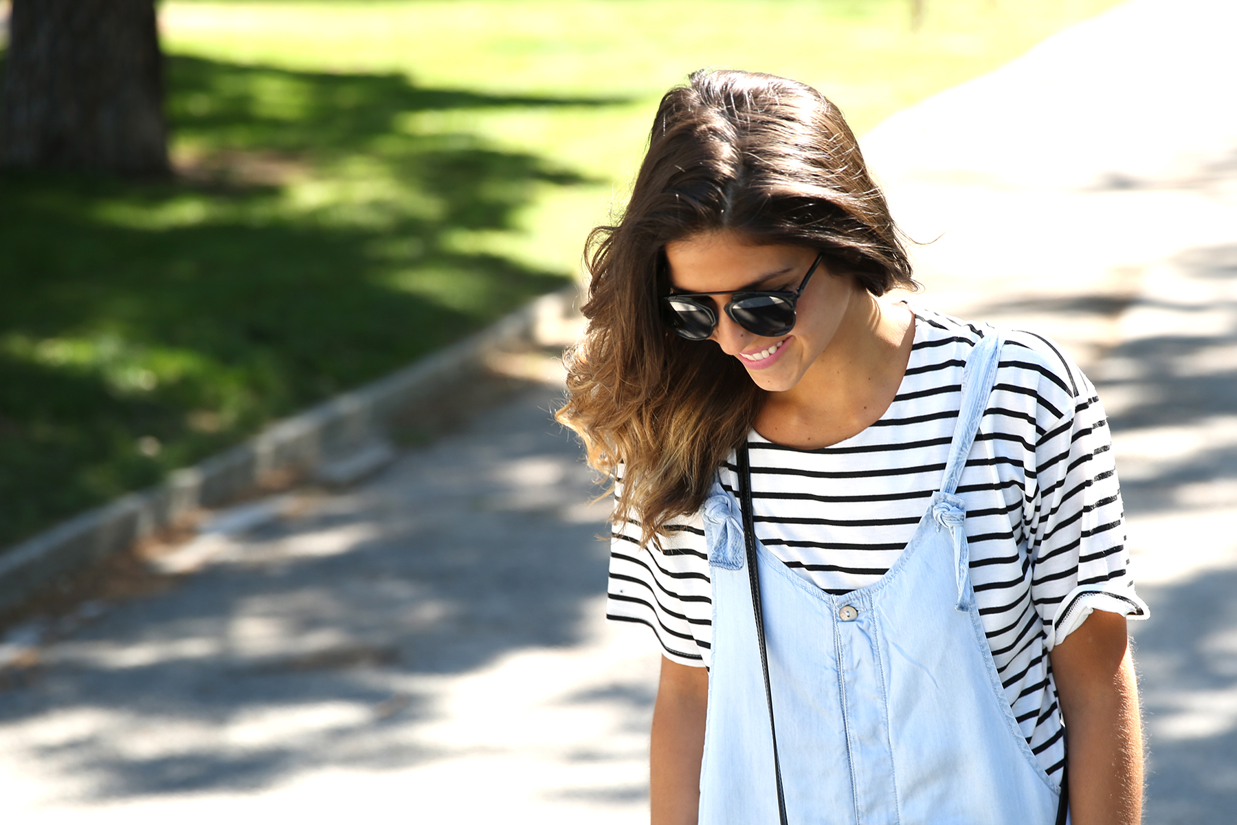 trendy_taste-look-outfit-street_style-ootd-blog-blogger-fashion_spain-vaquero_claro-peto_vaquero-tirantes-striped_tee-camiseta_rayas-marinero-dior_sunnies-gaimo-2