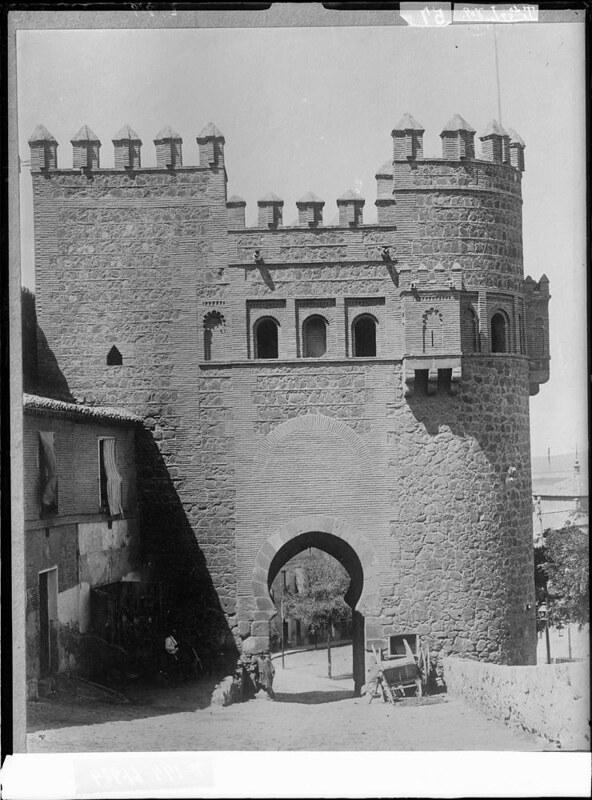 Puerta del Sol a comienzos del siglo XX. Fotografía de J. Lacoste © MECD, Fototeca del IPCE, signatura VN-22657_P