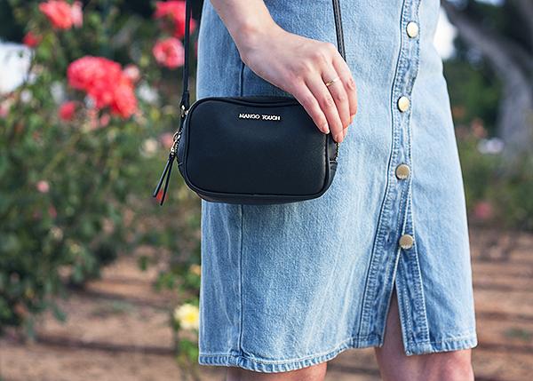 denim dress, denim skirt, mini crossbody bag, שמלת ג'ינס, חצאית ג'ינס, תיק שחור קטן, אאוטפיט