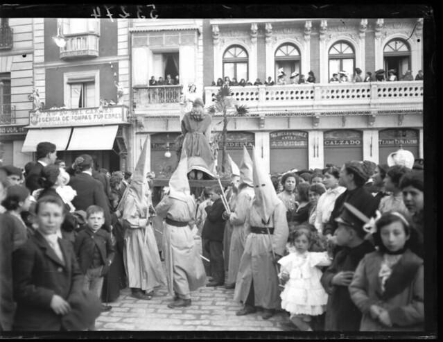 Procesión de Semana Santa en Zocodover a comienzos del siglo XX © MECD, Fototeca del IPCE, signatura VN-10438_P