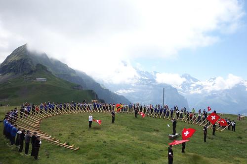 在少女峰腳下,瑞士傳統民族吹奏古老樂音。此刻,人與自然合一