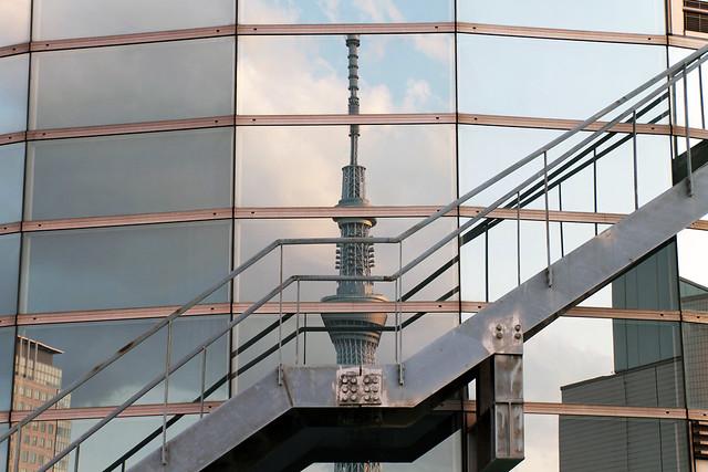 Reflejo de la Skytree de Tokio en un edificio cercano. Japón.