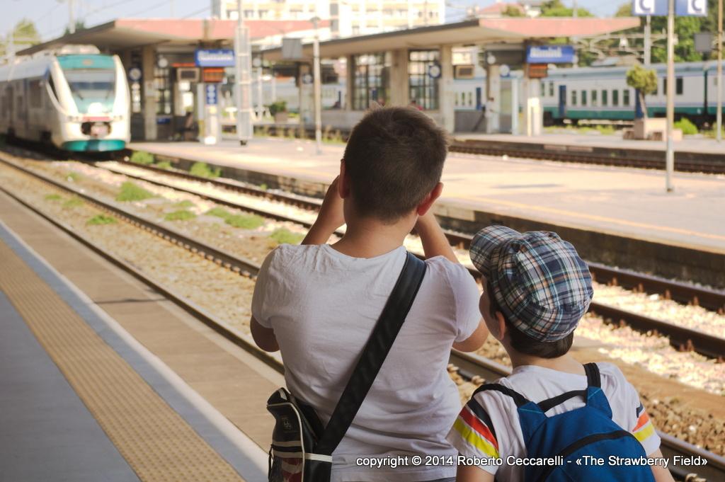 Gabriele e Francesco Leo fotografano un Minuetto alla stazione di Rimini