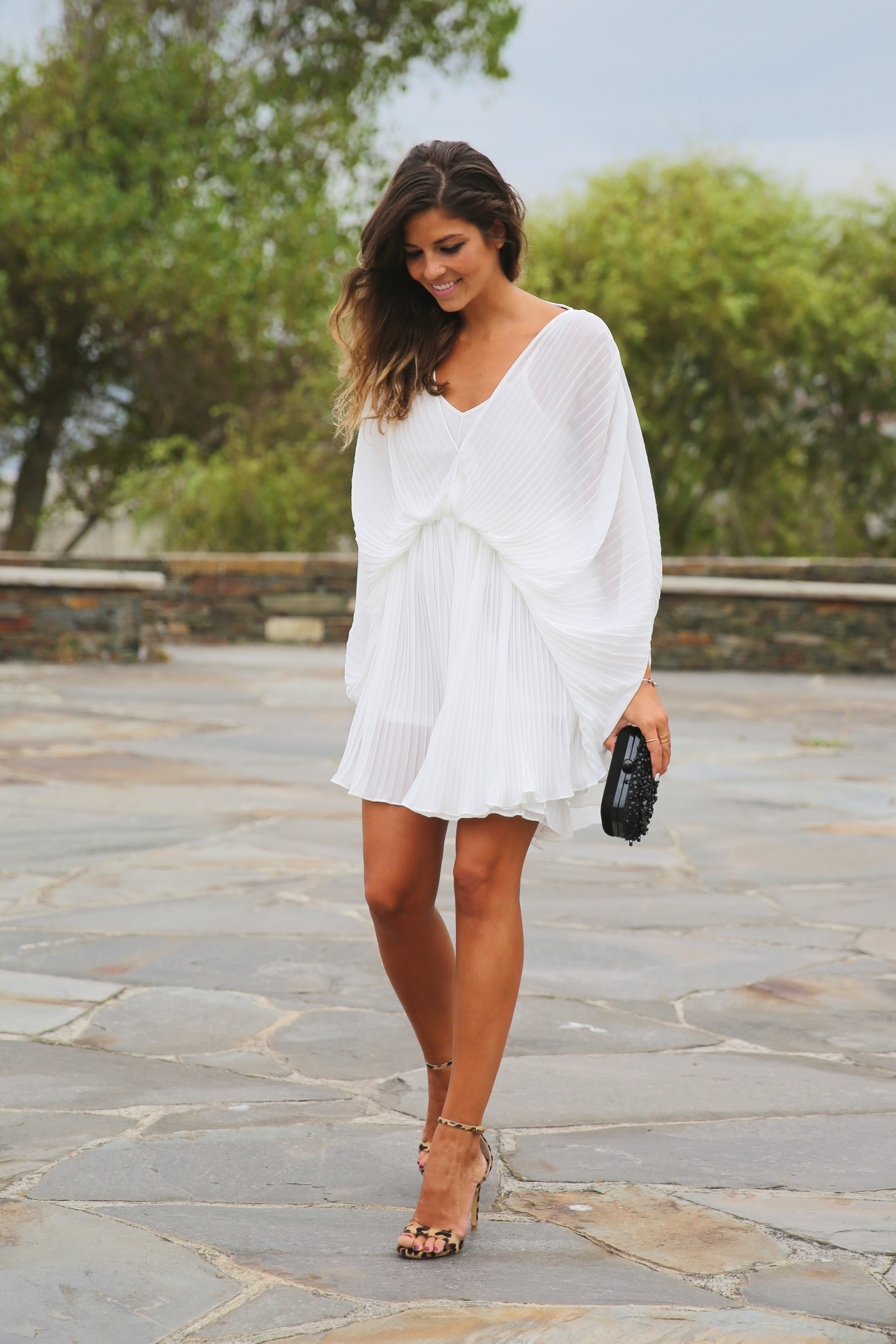 trendy_taste-look-outfit-street_style-fashion_spain-moda_españa-blog-blogger-vestido_blanco-white_dress-müic-jewels-joyas-leo_sandals-sandalias_leopardo-clutch_pedreria-12