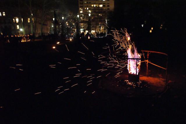 Braise aux vents lors de la fête des lumières à Lyon, comme une métaphore des lyonnais fuyant la ville.