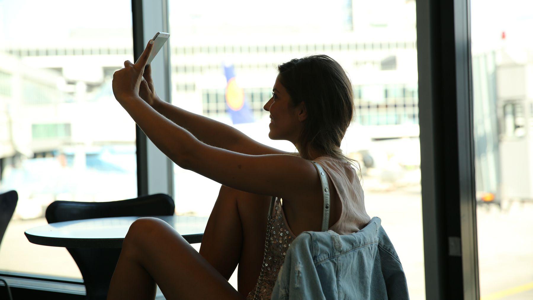 trendy_taste-look-outfit-street_style-ootd-blog-blogger-fashion_spain-moda_españa-traveling-viaje-frankfurt-stan_smith-adidas-lentejuelas-top-denim-shorts-vaqueros_rotos-21