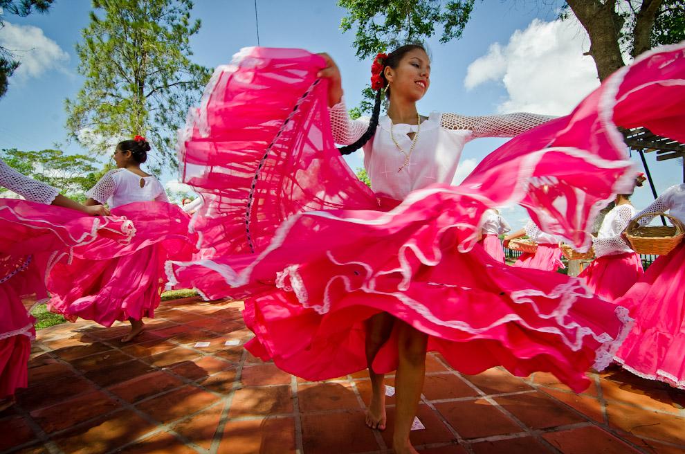 Bailarinas de la ciudad de Antequera dan la bienvenida a la primavera con bailes folclóricos en la plaza de Puerto Antequera del Departamento de San Pedro, el pasado 20 de Septiembre. (Elton Núñez)