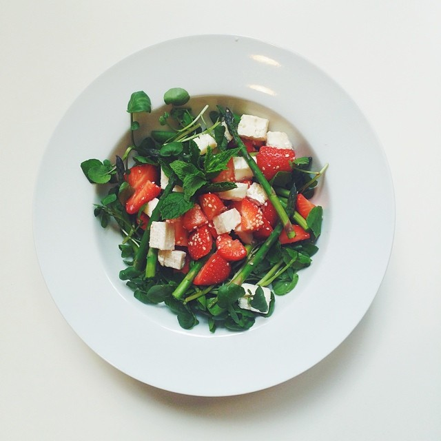 Strawberries week, vegetarian salad. Strawberries, asparagus, goat cheese, mint, watercress, sesame seeds, extra virgin olive oil, balsamic vinegar.  #vegetarian #salad #happydesksalad #desklunch #desk #veg #nutrition #nutritionist #notsdadesklunch #fit #