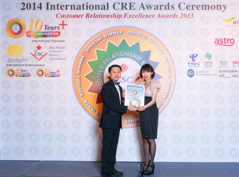 Liew Swee Lin (right), Chief Commercial Officer, Astro receives the (CRE) Awards from Jason Chu, Chairman of APCSC
