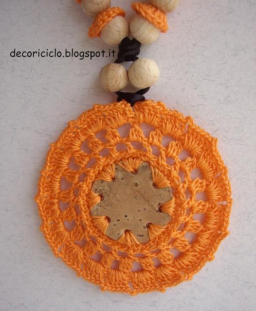 ciondolo sughero e cotone arancione +perle di legno 3