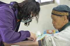 義診團醫療人員幫長者量血壓。(圖片來源:慈心有機農業發展基金會)