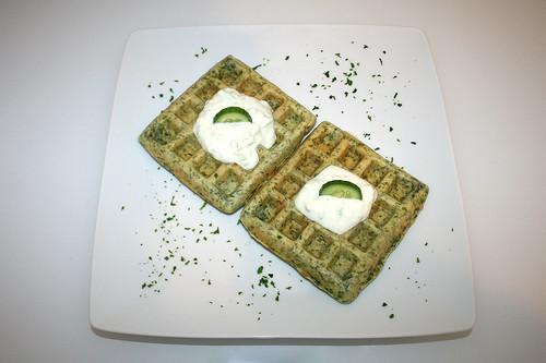 49 - Griechische Spinatwaffeln mit Tzatziki - Serviert / Greek spinach waffles with tzatziki - Served