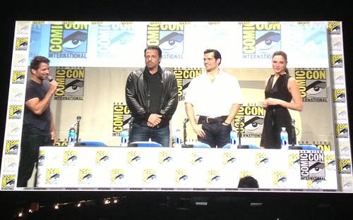 140728(1) - 蓋兒·加朵(Gal Gadot)『神力女超人』握劍瞪視、2016年電影《BATMAN v SUPERMAN: DAWN OF JUSTICE》(蝙蝠俠對超人:正義曙光)公開SDCC海報! 3 FINAL