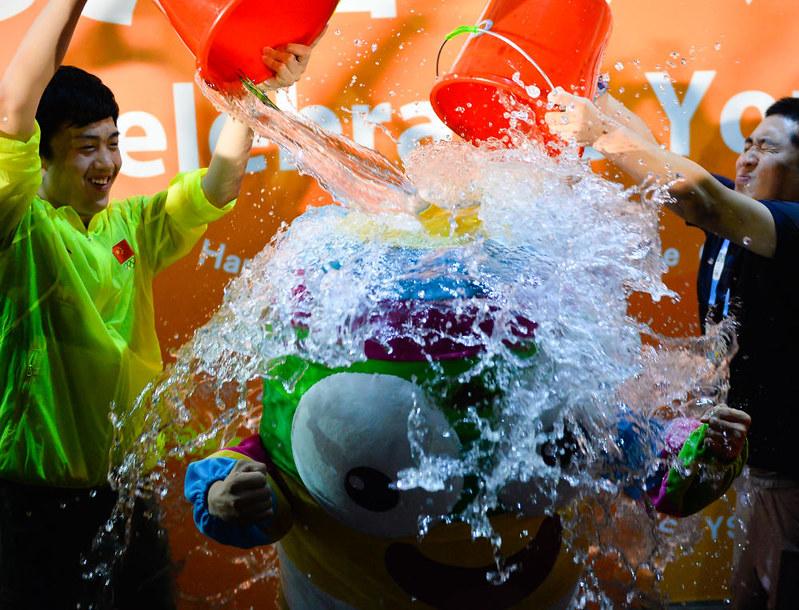 Nanjinglele taking the ALS ice bucket challenge