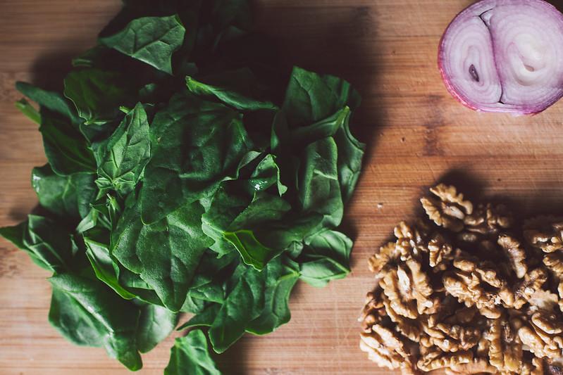 Salada de Espinafre, Nozes e Cebola Roxa em conserva