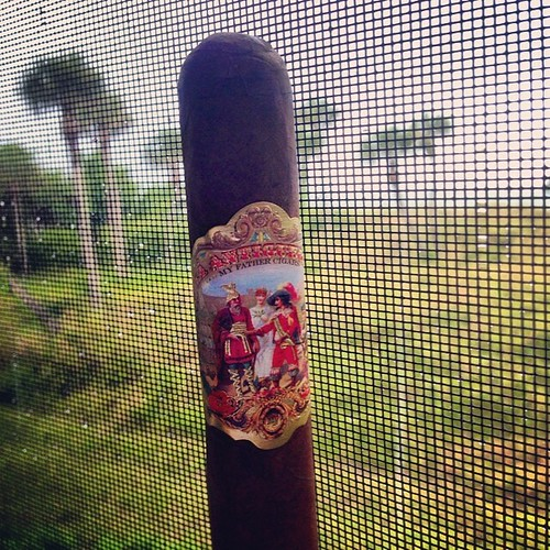 FL giving us some liquid sunshine this afternoon so let's enjoy this La Antiguedad by @myfathercigars @jannygarcia