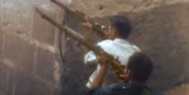 Milicianos cerca de Zocodover disparando al Alcázar. Captura de un vídeo real a color de la Guerra Civil en Toledo en el verano de 1936