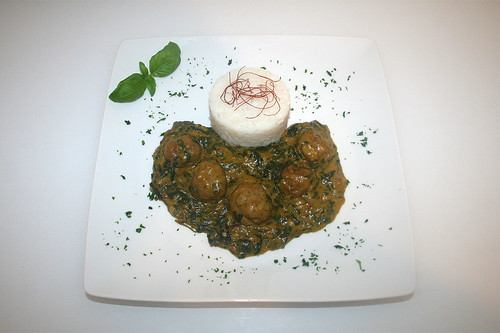 44 - Spinat-Kokos-Curry mit Bratwurstbällchen - Serviert / Spinach coconut curry with meatballs - Served