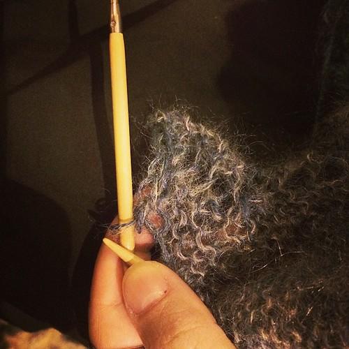 Binding off the shawl. Chiudendo le maglie dello scialle. #emmafassio #emmafassioknitting