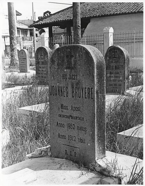 SAIGON 1968 - Nghĩa trang các giáo sĩ Pháp phía sau Lăng Cha Cả - Photo by Van Stone