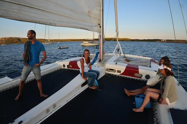 Saliendo del puerto de Fornells en catamarán por Menorca