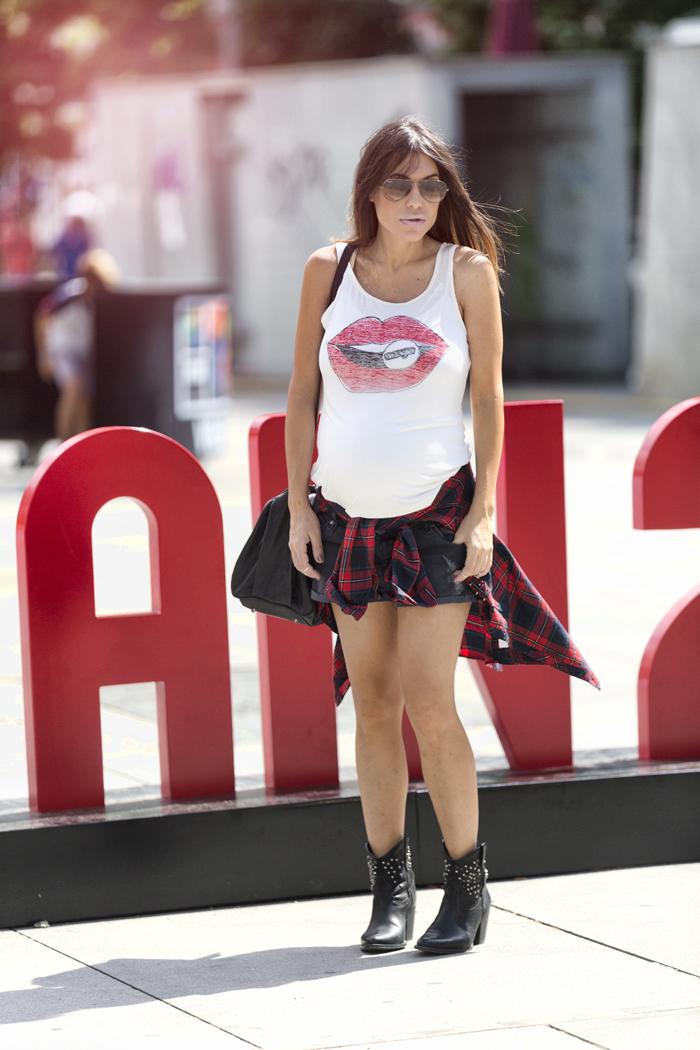 street style barbara crespo lips wrangler tshirt tee plaid shirt fashion blogger outfit blog de moda
